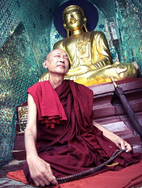 1100x1500-myanmar-schwedagon-monk